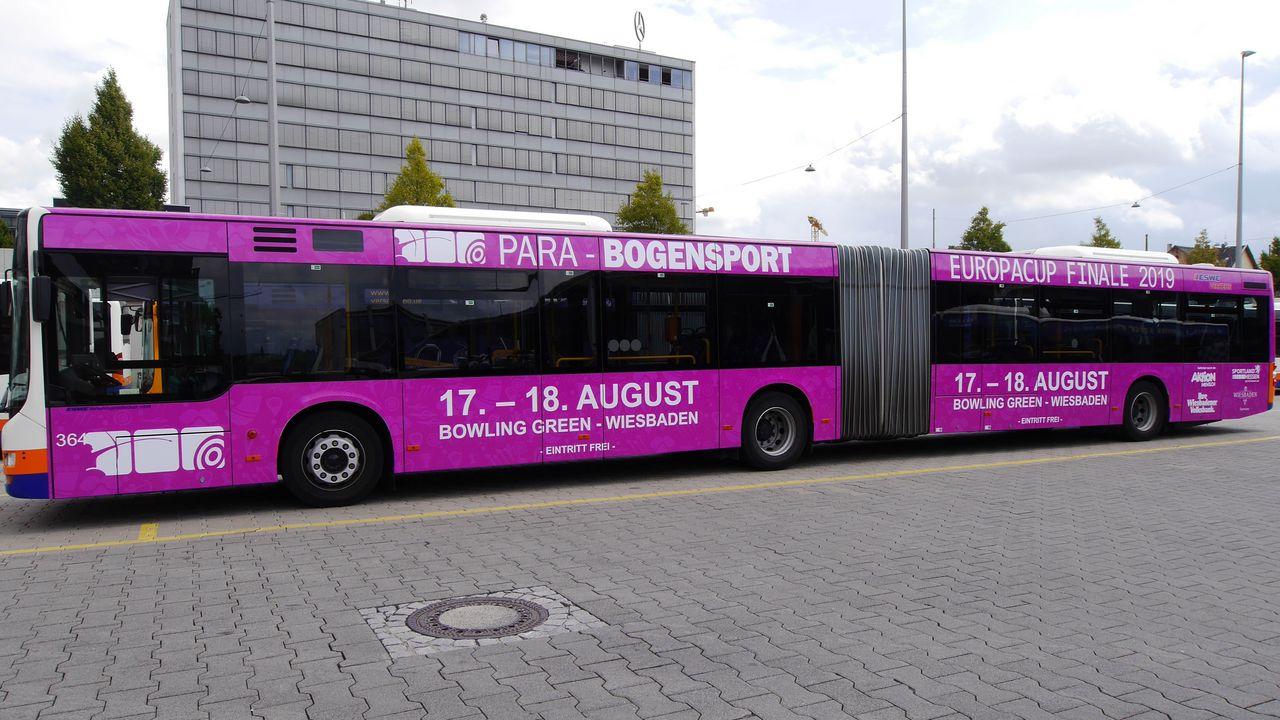 Foto: DSB / Ein großer Gelenkbus macht Werbung für das Para-Event.