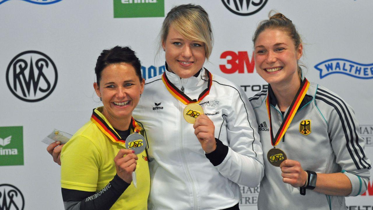 Foto: Harald Strier / Monika Karsch, Josefin Eder und Carina Wimmer auf Medaillenkurs.