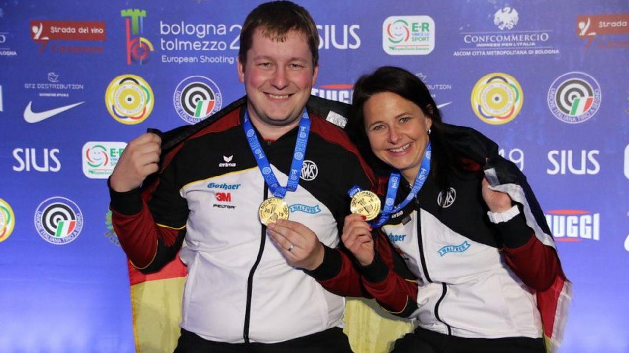 Foto: ESC / Die Medaillenhamster von Bologna: Gold im Mixed mit der Standardpistole für Christian Reitz und Monika Karsch.