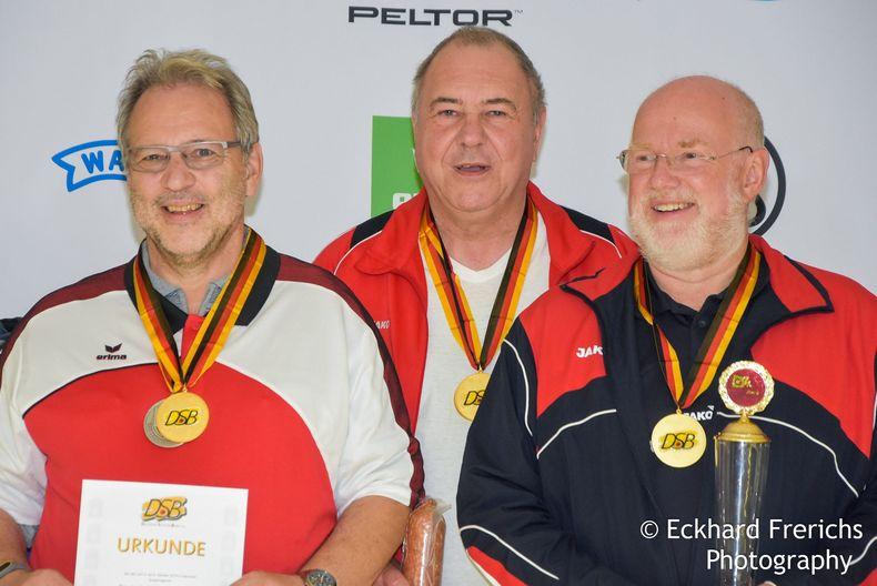 Foto: Eckhard Frerichs/NSSV / Die Mannschaft des PSV Olympia Berlin gewann alle drei Pistolen-Mannschaftstitel bei den Senioren II.